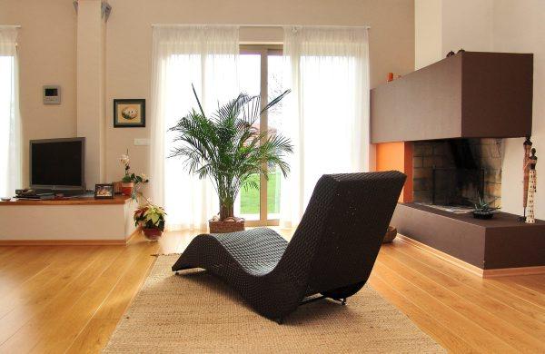 Удобное кресло для каминной комнаты
