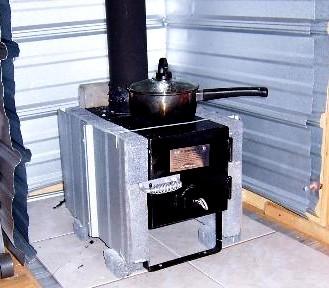 Маленькая кирпичная печь с плитой